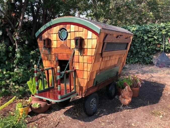 Schön und umweltfreundlich: Eine Frau baute aus recycelten Materialien einen fabelhaften Hühnerstall