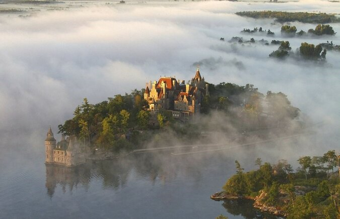 """""""Wie gemalt"""": ein Archipel, der mit seiner Burg, Bucht und Brücken wie eine gotische Illustration aussieht"""