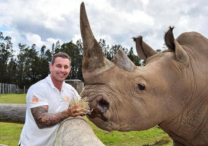 """""""Traum-Arbeit"""": Zoo-Mitarbeiter wurde ein Social-Media-Star dank Posts mit seinen Tieren"""