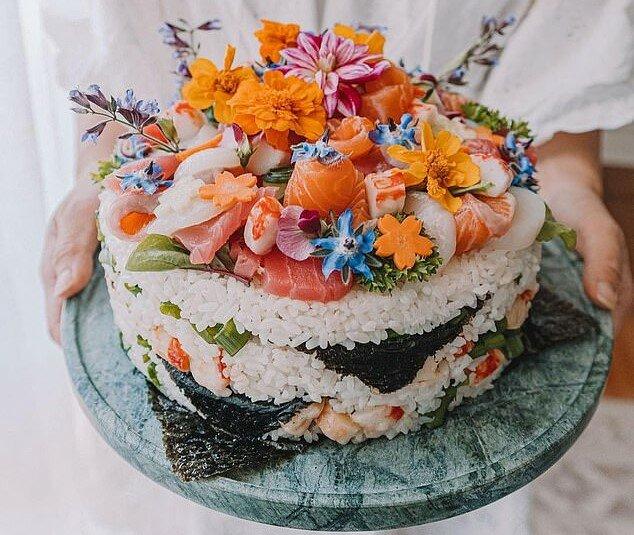 """""""Japanischer Stil"""": eine junge Frau hat beschlossen, ihren Geburtstag zu feiern und einen besonderen Kuchen vorzubereiten"""