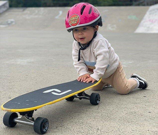 """""""Angeborene Athletin"""": einjähriges Mädchen fährt ein Skateboard wie ein Profi"""