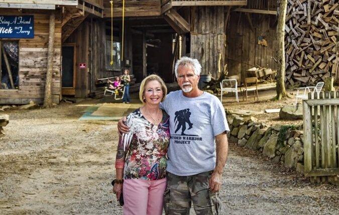 Einem Mann gelang es, ein zehnstöckiges Haus mit 80 Zimmern in einem Baum zu bauen