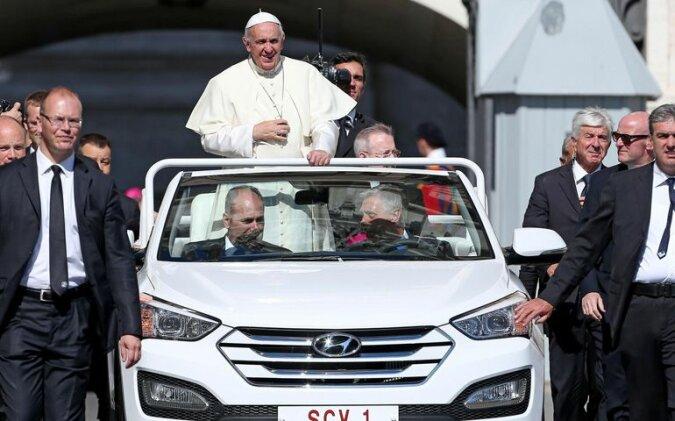 """""""Öko-Papamobil"""": Papst Franziskus trat in einem neuen Auto öffentlich auf"""