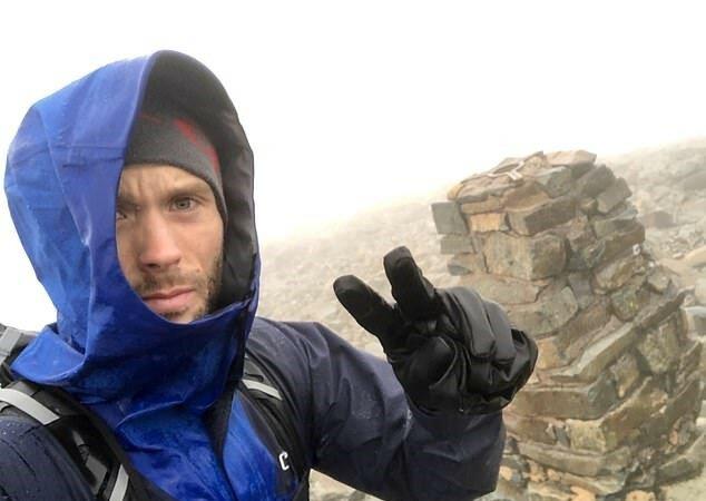 Der berühmte Fotograf überwand alle Schwierigkeiten der Natur, um sechsmal auf den Berg zu klettern und Spenden für das Baby zu sammeln
