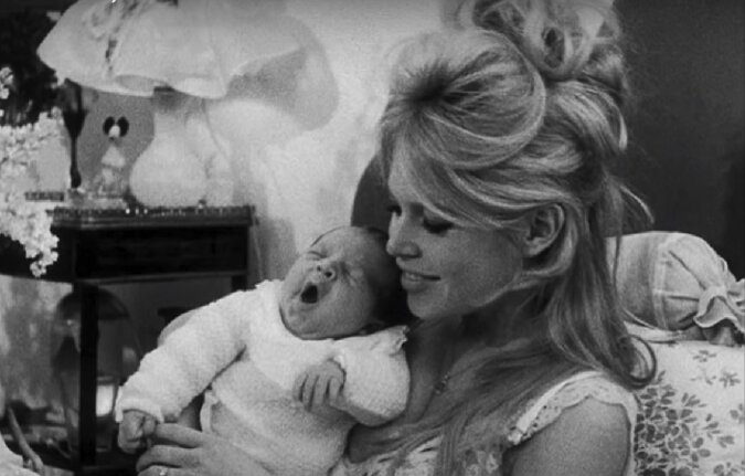 Brigitte Bardot mit ihrem Baby. Quelle: Screenshot YouTube