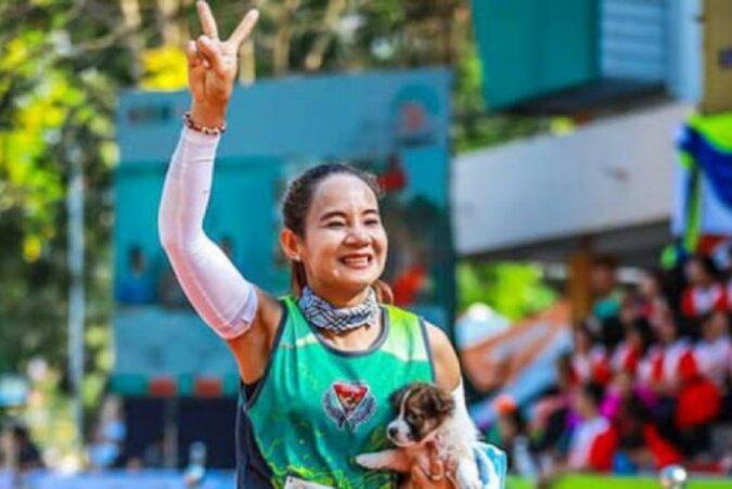 Eine thailändische Athletin lief eine Strecke mit einem Welpen auf dem Arm, um ihn zu retten