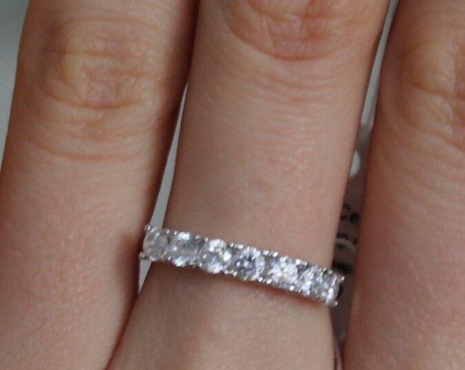 Die Braut fand zufällig den Ring, den der Bräutigam für sie vorbereitet hat, war aber und  enttäuscht