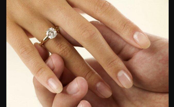 Nach der Scheidung beschloss die Frau, Ringe im Wert von Tausende Dollar an ein zufälliges Paar zu verschenken