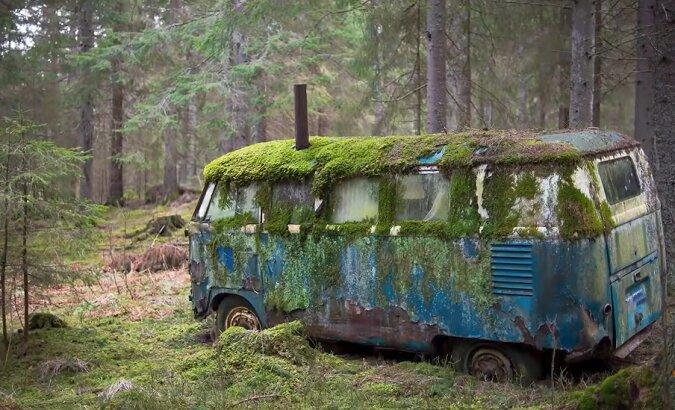 Bus im Wald. Quelle: Screenshot YouTube