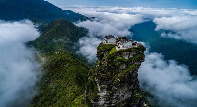 """""""Zwillinge von Natur aus"""": Wie zwei Tempel aussehen, die sich auf den Gipfeln von hundert Meter hohen Felsen befinden"""