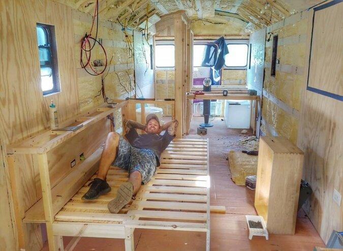 """""""Bachelor-Versteck"""": Der Mann gab 24 000 Dollar aus, um einen alten Schulbus in ein perfektes Wohnmobil umzuwandeln"""