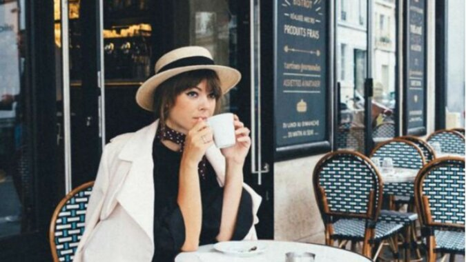 Eine schöne Frau trinkt Kaffee. Quelle: myseldon