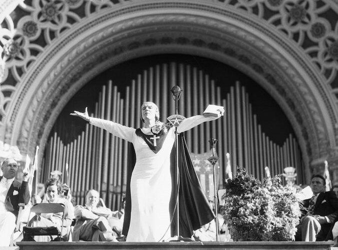 Die Geschichte von Amerikas beliebtester Predigerin: Wie sie es geschafft hat, Charlie Chaplin und Mary Pickford in ihre Kirche zu bringen