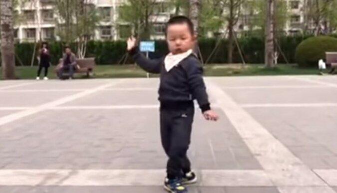 Der Junge ist erst zwei Jahre alt und gewinnt bereits mit seinem Tanz die Herzen