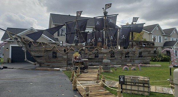 """""""Idealer Vater"""": Ein Mann hat ein Jahr lang ein Piratenschiff für seine Tochter auf dem Hof gebaut"""