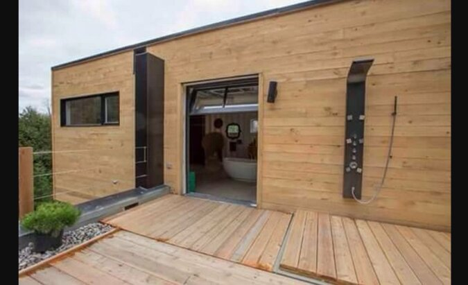 Ein Paar verwandelte einen Müllcontainer in ein gemütliches Zuhause und genießt das Leben darin