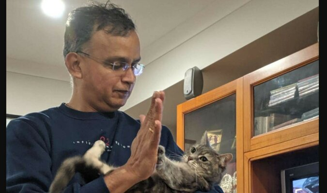 Der Mann mit seiner Katze. Quelle: thedodo