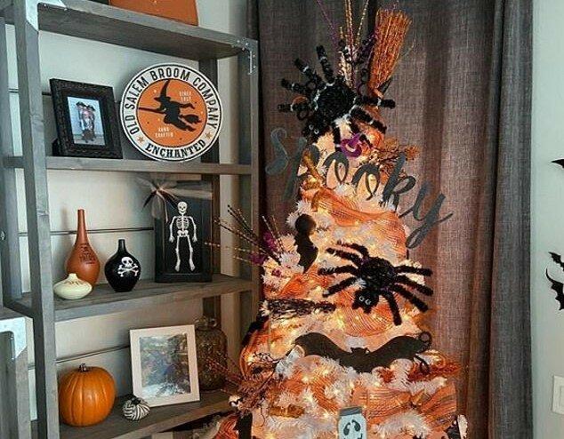 """""""Oktoberbaum"""": Wie Leute einen Weihnachtsbaum für Halloween schmücken"""