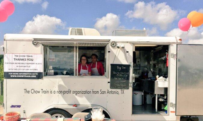 Eine nichtgleichgültige Frau gründete ein Obdachlosenrestaurant auf Rädern und verteilte über 100.000 warme Mahlzeiten an Bedürftige