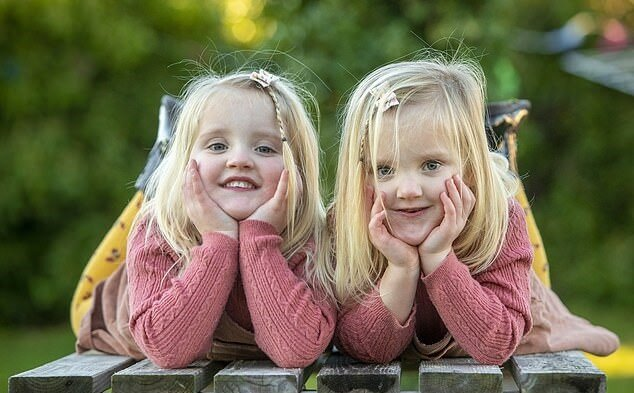 """""""Alice hinter den Spiegeln"""": Eineiige Zwillinge machen das Gegenteil gegeneinander"""