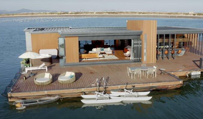 56 Quadratmeter auf dem Wasser: Ein Mann hat seinen Traum über den Bau eines schwimmenden Hauses erfüllt