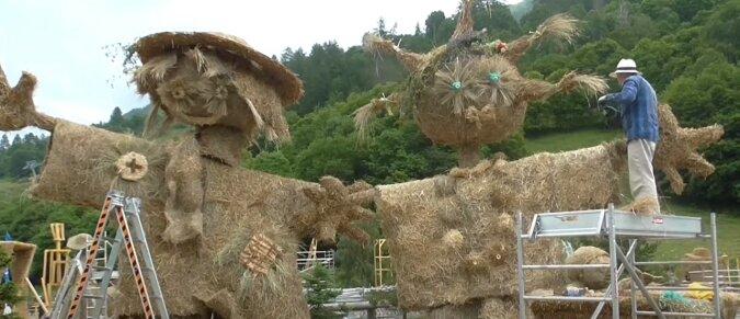 Strohskulpturen. Quelle: Screenshot YouTube