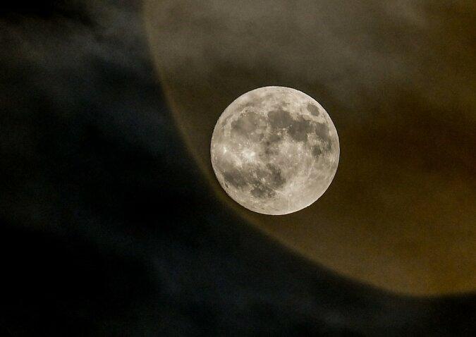 """""""Frostiger Mond"""": Wie ein ungewöhnliches astronomisches Phänomen aus verschiedenen Teilen der Welt aussah"""