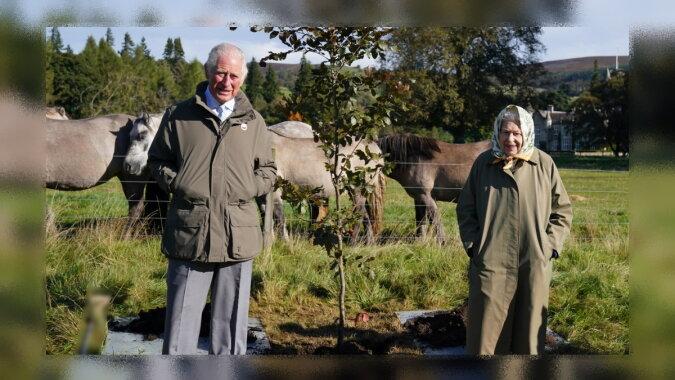 Die Königin mit Prinz Charles. Quelle: focus.com