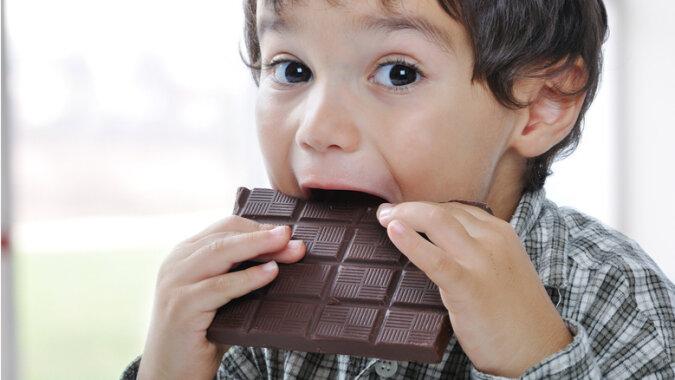 """""""Doppelstreiche"""": Die Zwillinge beschlossen, Schokolade zu essen, aber der Vater überraschte sie"""