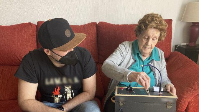 Der Enkel mit seiner Oma. Quelle: wi-fi.com