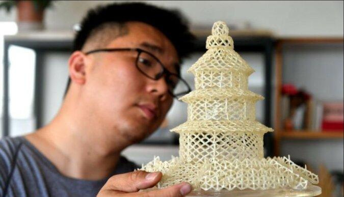 Sorgfältige Arbeit: Ein Mann schafft wunderschöne Skulpturen aus Reiskörnern