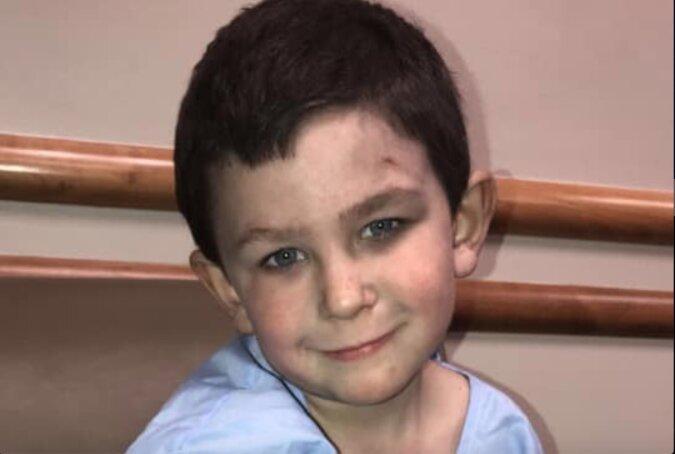 Kleiner Held: ein fünfjähriger Junge rettete seine Schwester aus einem brennenden Haus und kehrte dorthin wegen des Hundes zurück