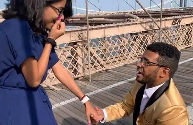 Der Mann machte seiner Freundin Heiratsantrag, aber der Moment wurde von einem Radfahrer ruiniert