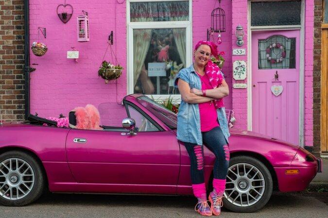 """""""Erwachsene Barbie"""": Die 48-jährige Frau hat ihr gesamtes Hab und Gut, einschließlich Haus und Auto, rosa gestrichen"""