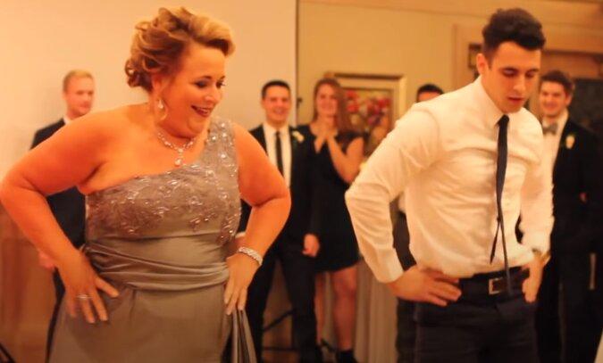 Der Bräutigam und seine Mutter erfreuten ihre Gäste mit einem lustigen Hochzeitstanz