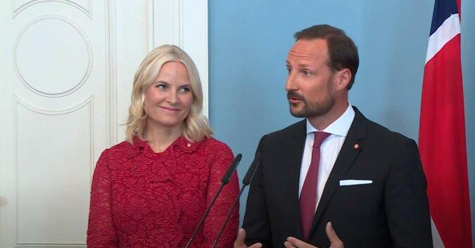 Mette-Marit und norwegischer Prinz. Quelle: Screenshot YouTube