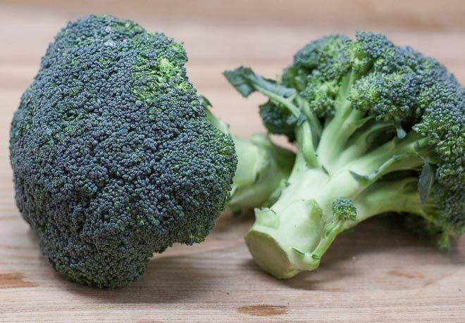 """""""Frisch halten"""": Eine Frau teilte ein Geheimnis darüber, wie man die Lagerungsperiode von Gemüse im Kühlschrank erweitern kann"""