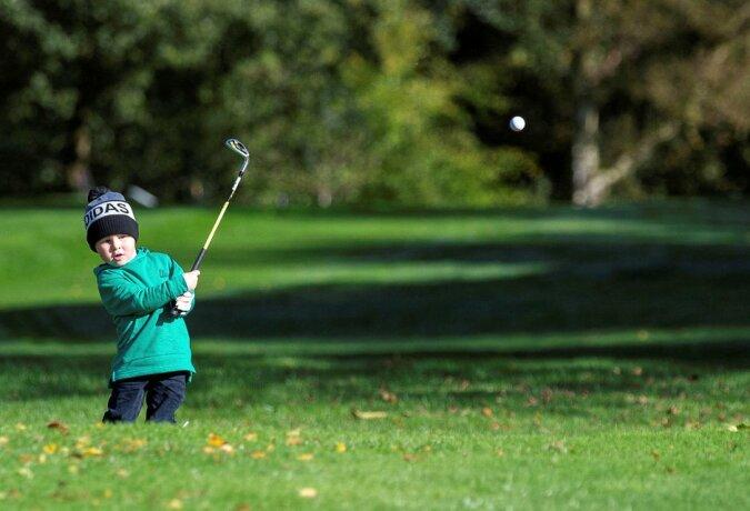 """""""Kleines Genie"""": Ein dreijähriges Kind spielt seit der Hälfte seines Lebens Golf und ist bereits ein echter Profi geworden"""