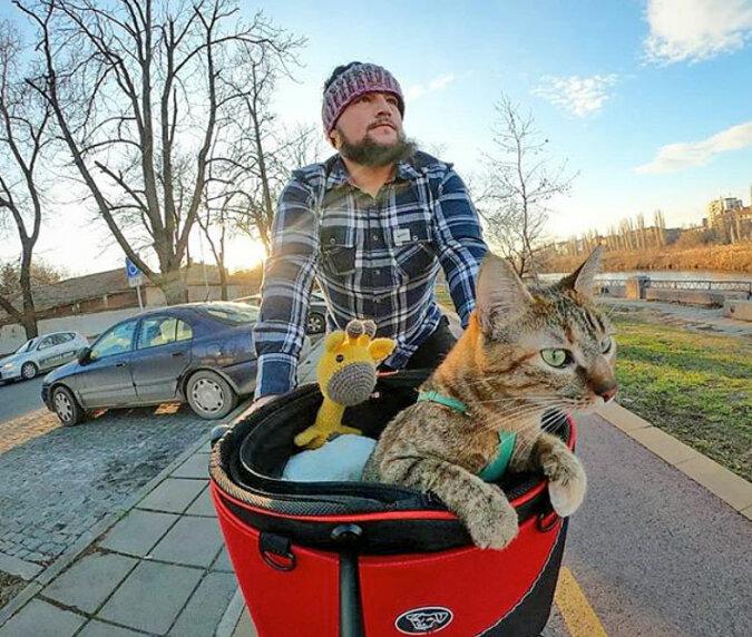 Immer zusammen: Der Mann hat das Kätzchen, das er gerettet hat, auf eine Weltreise mitgenommen