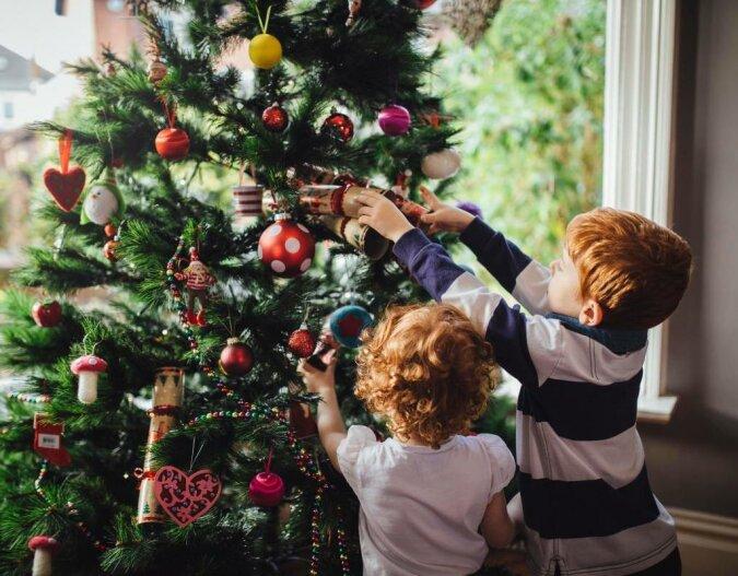 Eine Mutter hat einen originellen Weg gefunden, den Weihnachtsbaum vor Kindern zu schützen, Details