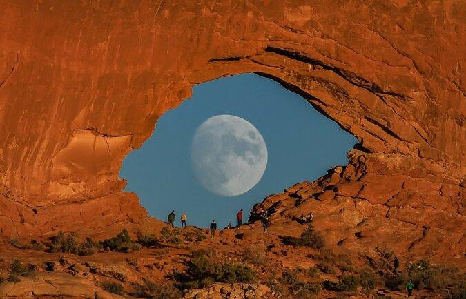 """""""Den Moment fangen"""": Der Fotograf hat es geschafft, ein Bild mit dem Mond im Stil von Salvador Dali aufzunehmen"""