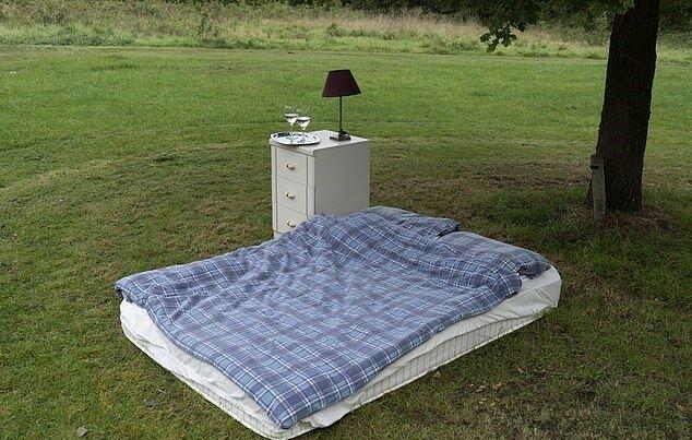 Drei Männer beschlossen, eine Matratze im Park zu vermieten und erhielten viele Bestellungen, die Einzelheiten sind bekannt geworden