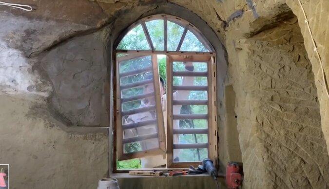 Mann baut Haus. Quelle: Screenshot YouTube