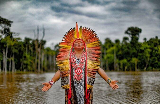 """""""Seltene Bilder"""": Dem Fotografen gelang es, einen isolierten Stamm Südamerikas zu treffen und sein Leben aufzunehmen"""