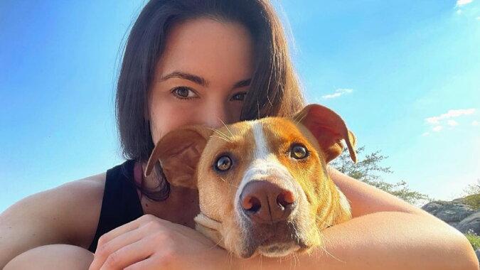 Eine junge Frau und der Hund. Quelle: instagram