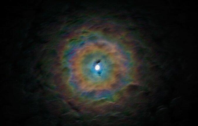 """""""Mondregenbogen"""": Dem Fotografen gelang es, ein Foto eines Naturphänomens in Form eines leuchtenden Mondes aufzunehmen"""