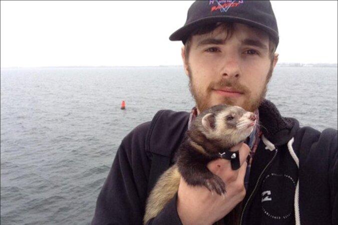 Ein Mann verlor drei geliebte Menschen innerhalb eines Jahres: Ein einfaches Frettchen half ihm, das Leben wieder zu lieben