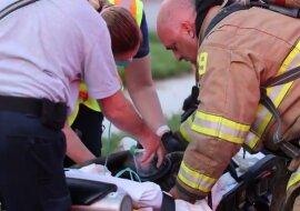 """""""Atme einfach"""": Feuerwehrleute haben einen Hund, den sie nach einem Brand retteten, wieder zum Leben erweckt"""