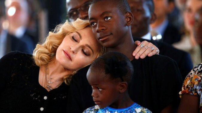 """""""Seltenes Bild"""": Madonna teilte ein gemeinsames Foto mit allen sechs Kindern und stellte sie einem neuen Freund vor"""