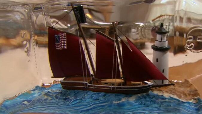 Ein Miniaturschiff. Quelle: Screenshot YouTube